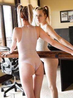Блондинка показывает сиськи и писю с попкой - фото