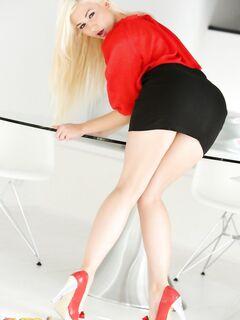 Tracy Lindsay - голая киска под юбкой. Фото эротика.