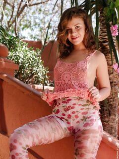 Девушка снимает колготки с топом и эротично позирует - фото