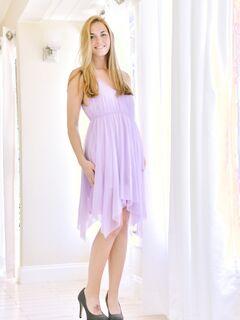 Милая девушка в платье нагибается раком и позирует - фото