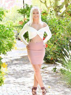 Блондинка разрешила заглянуть ей под юбку - фото
