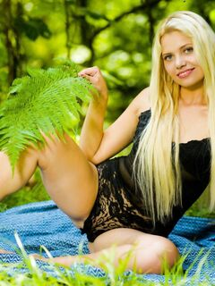 Сексуальная голая красотка в лесу - фото