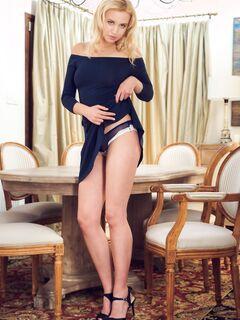 Блондинка снимает платье и трусики позируя на столе - фото