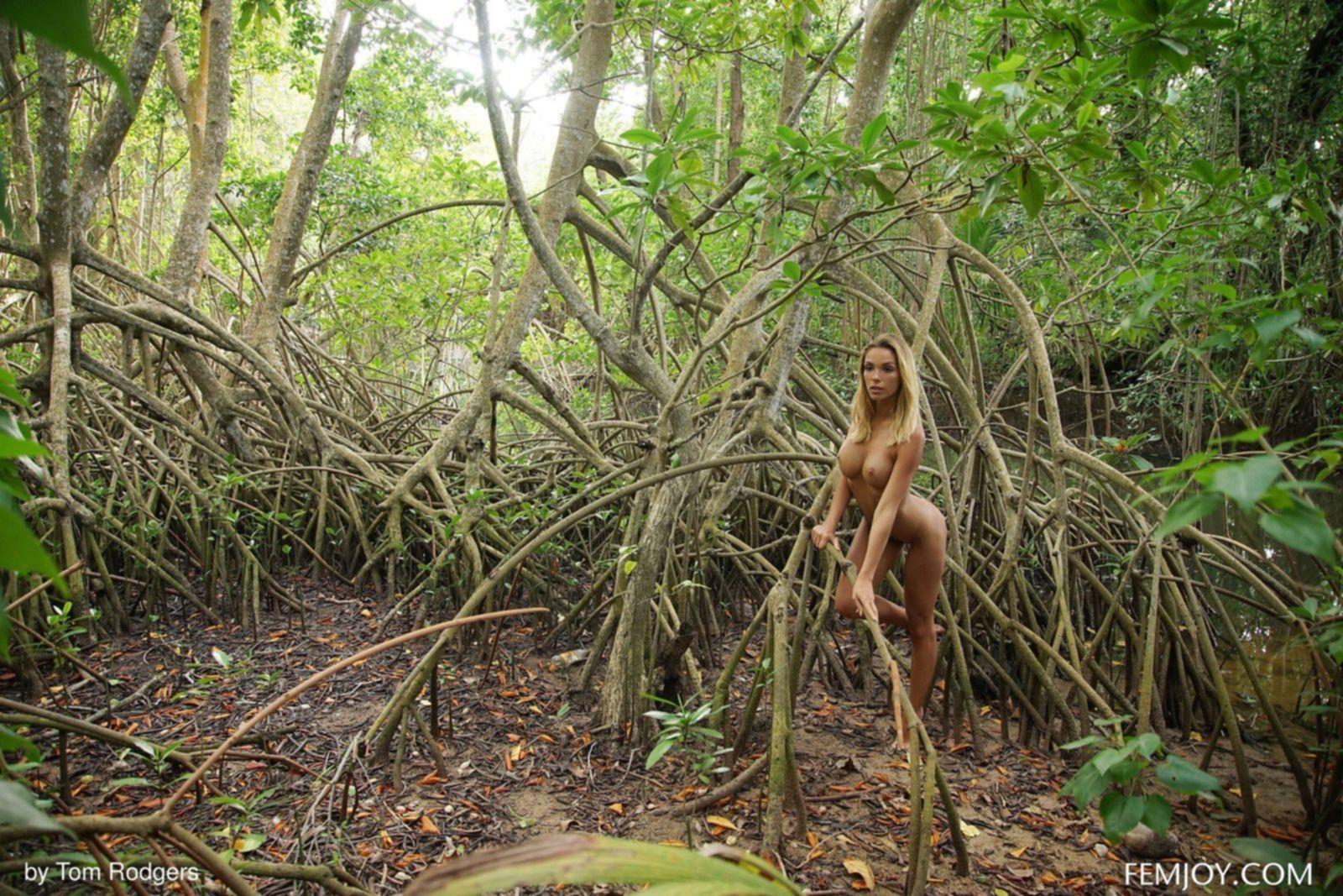 Блондинка с голым телом в тропическом лесу - фото