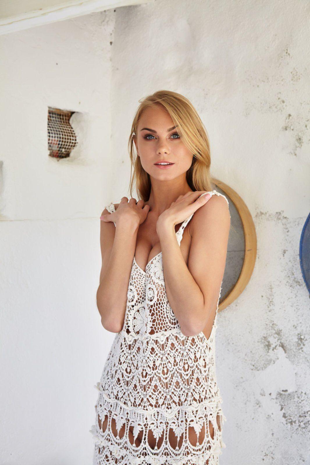Красивая блондинка показывает голую писю и сиськи - фото
