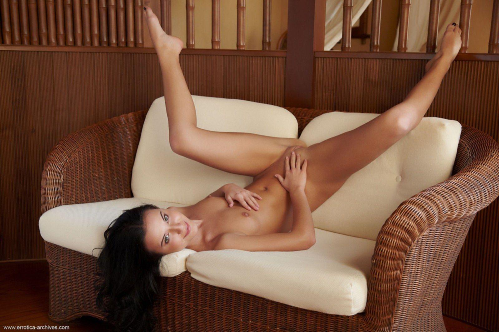 Молодая брюнетка с тощей сексуальной попой на диване - фото