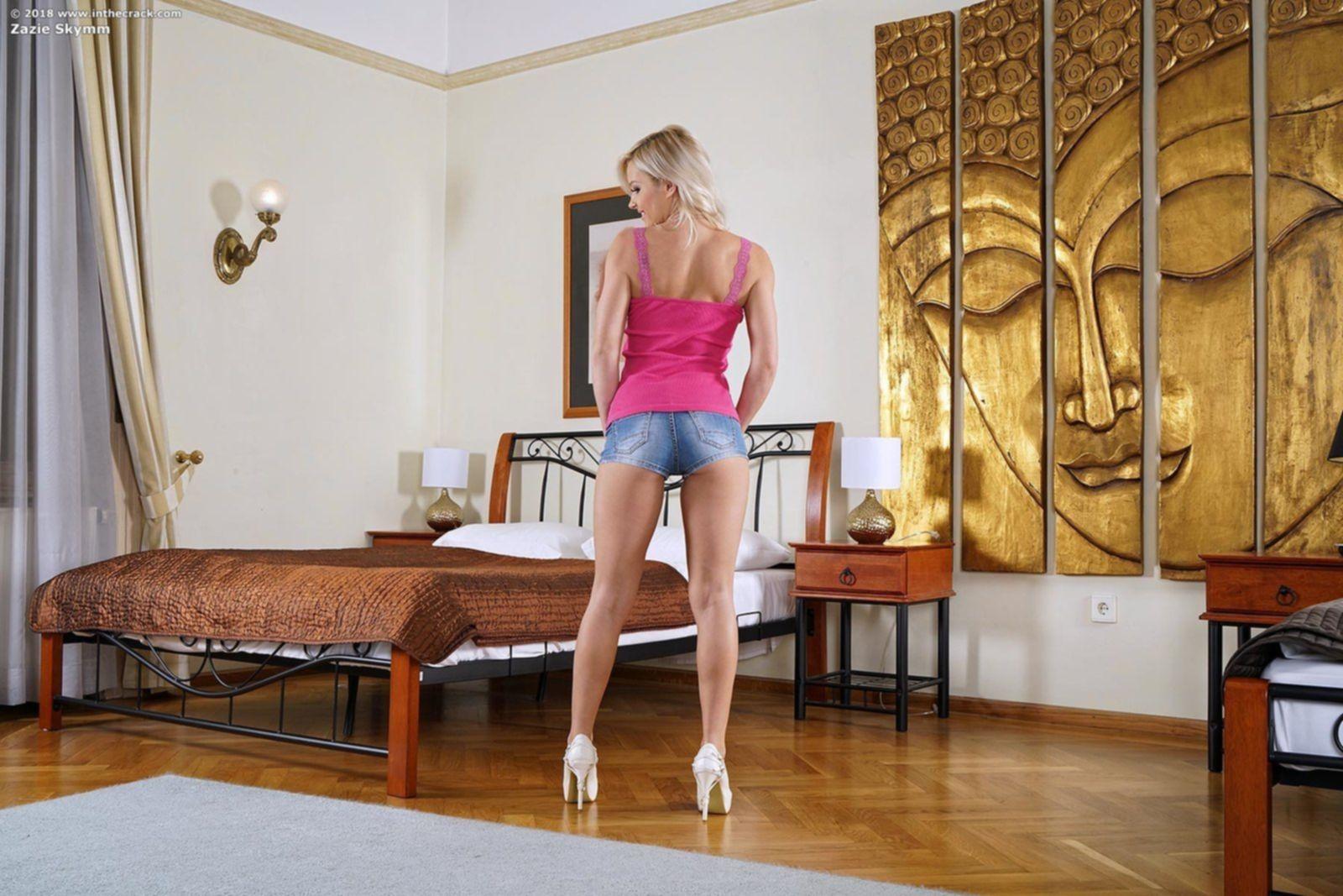 Блондинка раздвинула ноги и дрочит вибратором - фото