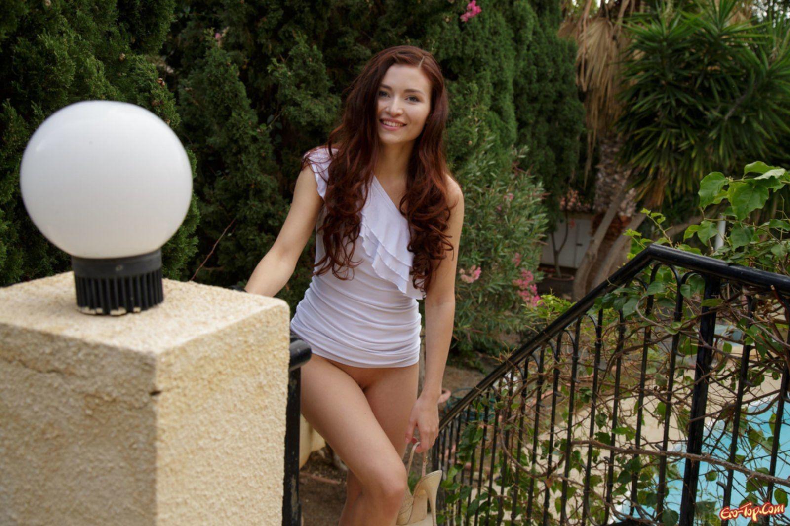 Девушка сняв платье показала письку на лестнице - фото эротика