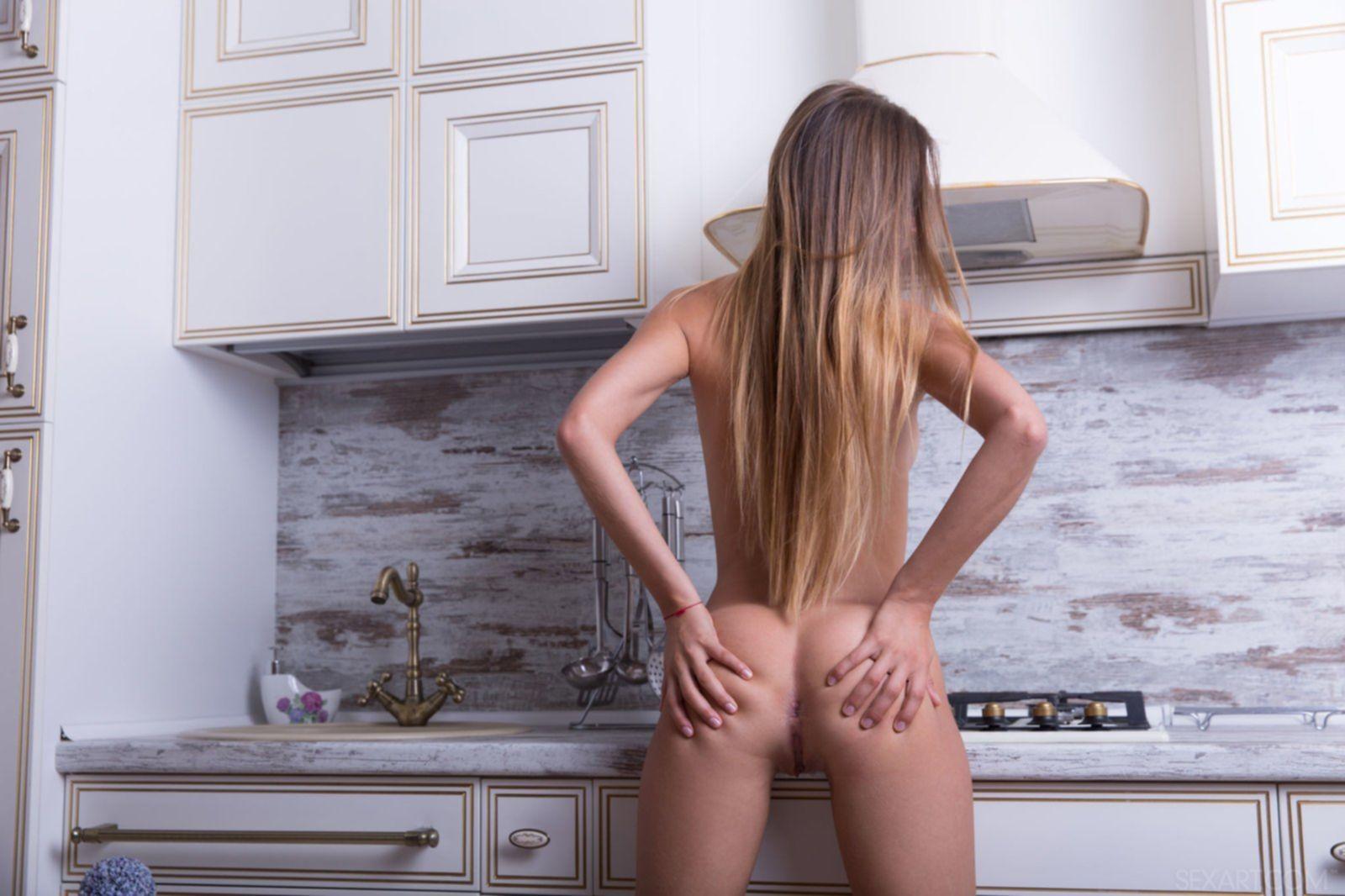 Стройная девка сняла кружевные трусы на кухне - фото