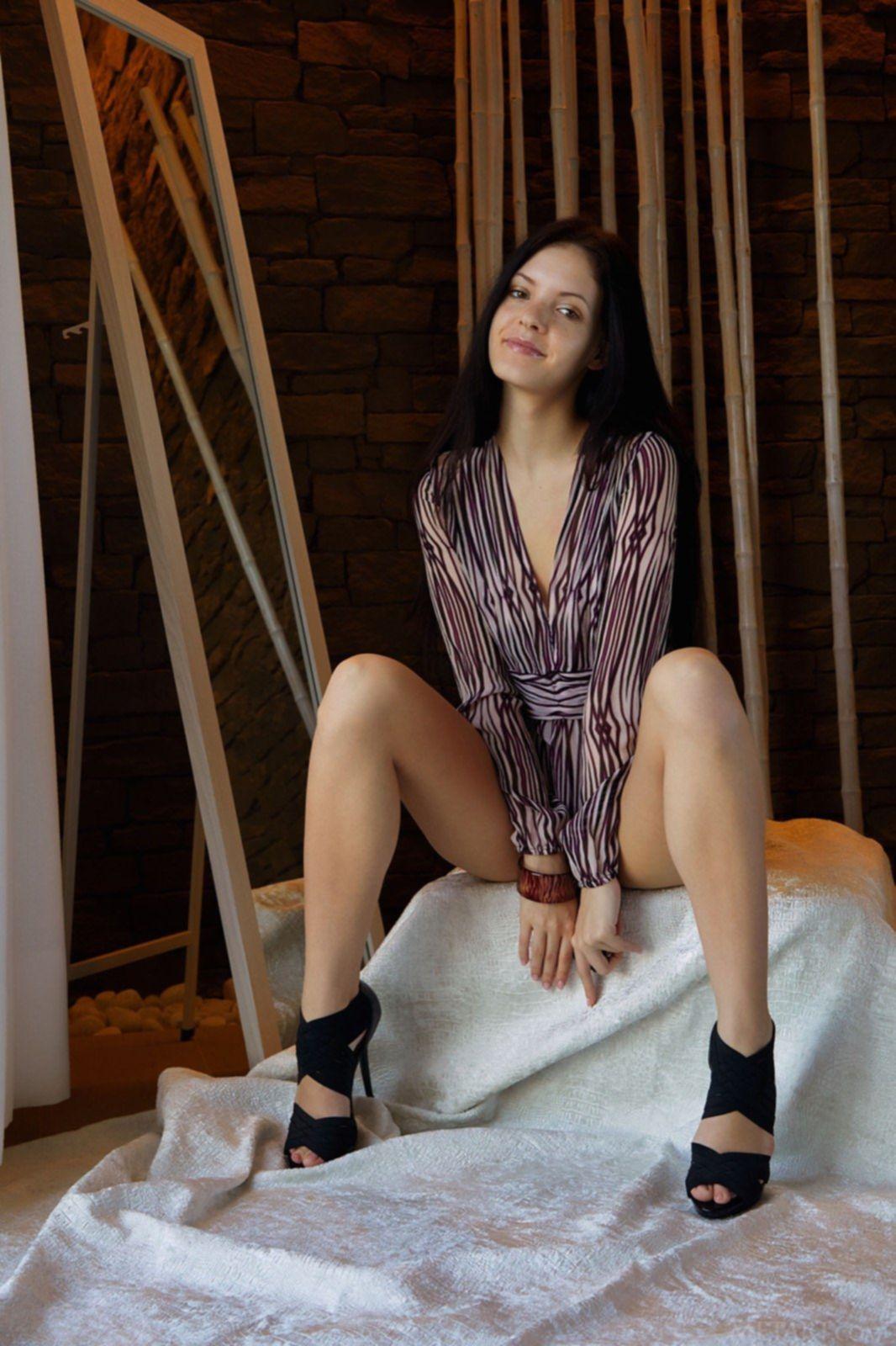 Брюнетка в рубашке и туфлях засветила бритую письку - фото