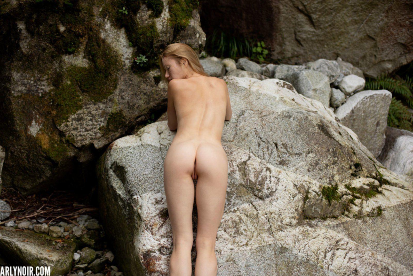 Голая молодая девка с плоской грудью гуляет на улице - фото