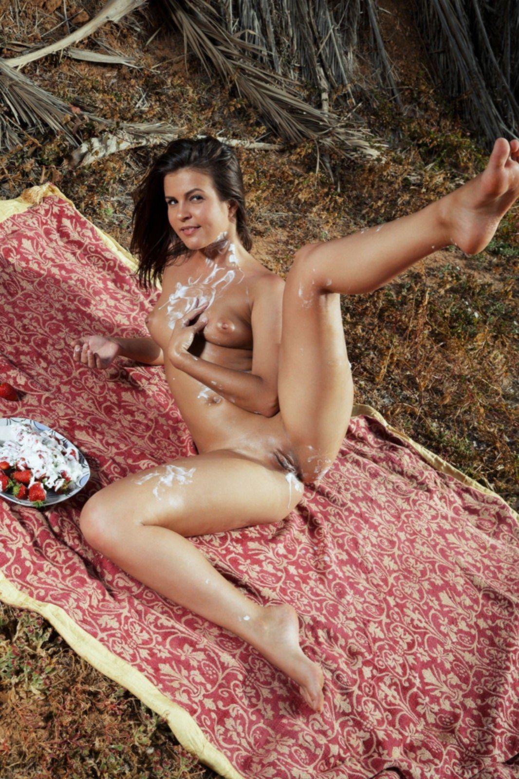 Голая красивая девка измазалась сливками - фото
