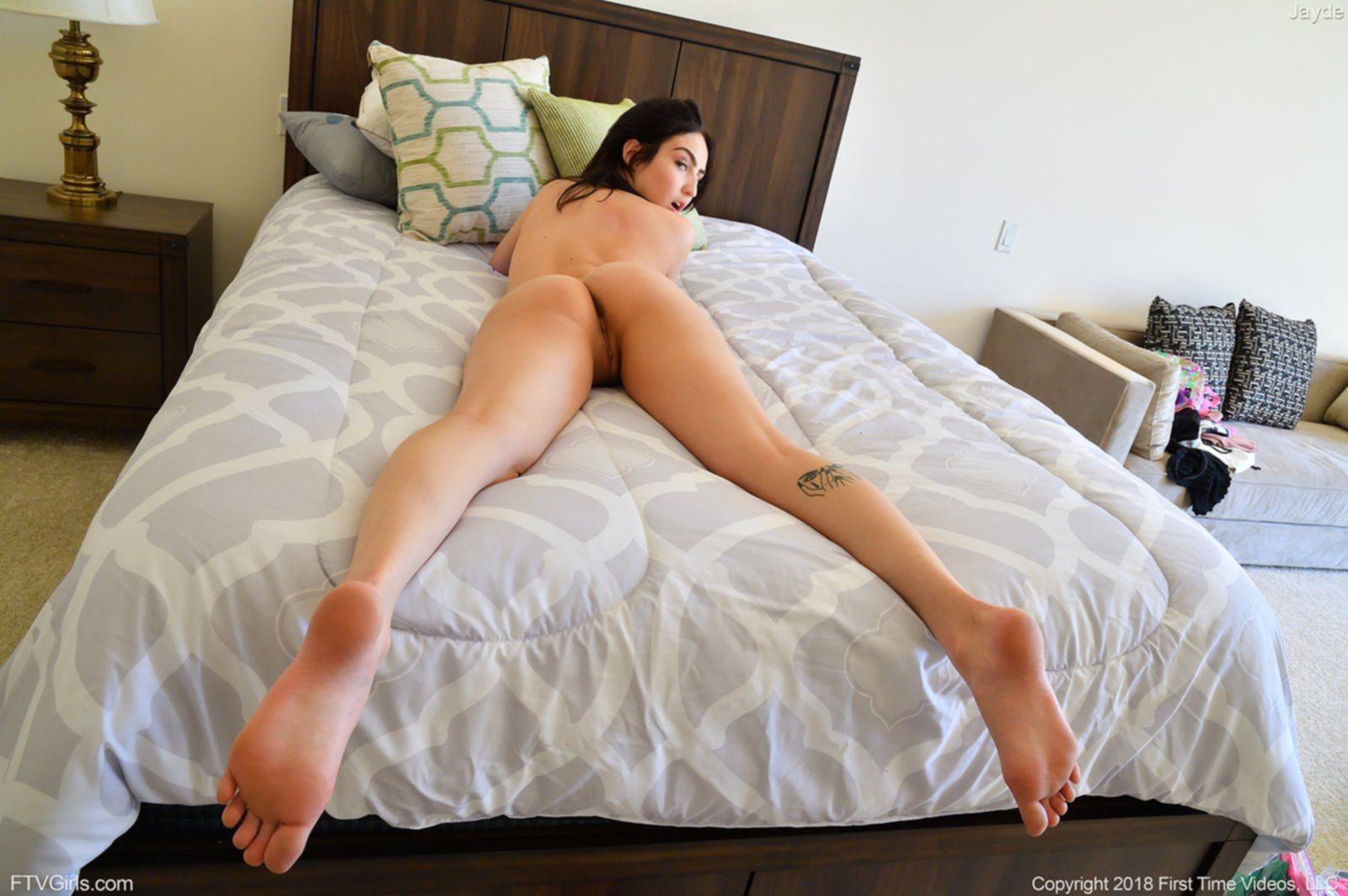 Развратная девица с гладко выбритыми дырками в постели - фото