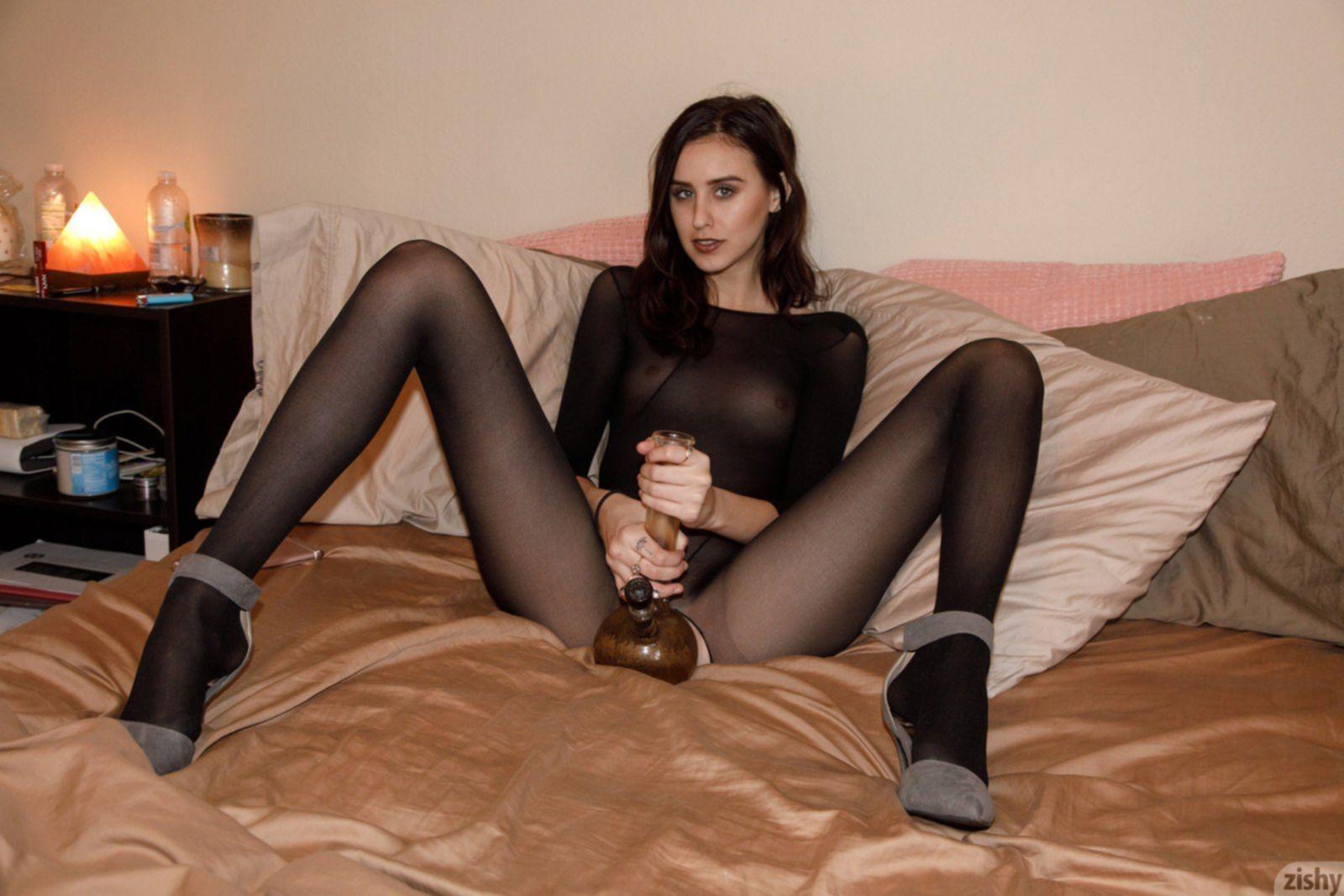 Девка в эротичном комбинезоне с прорезью для письки - фото