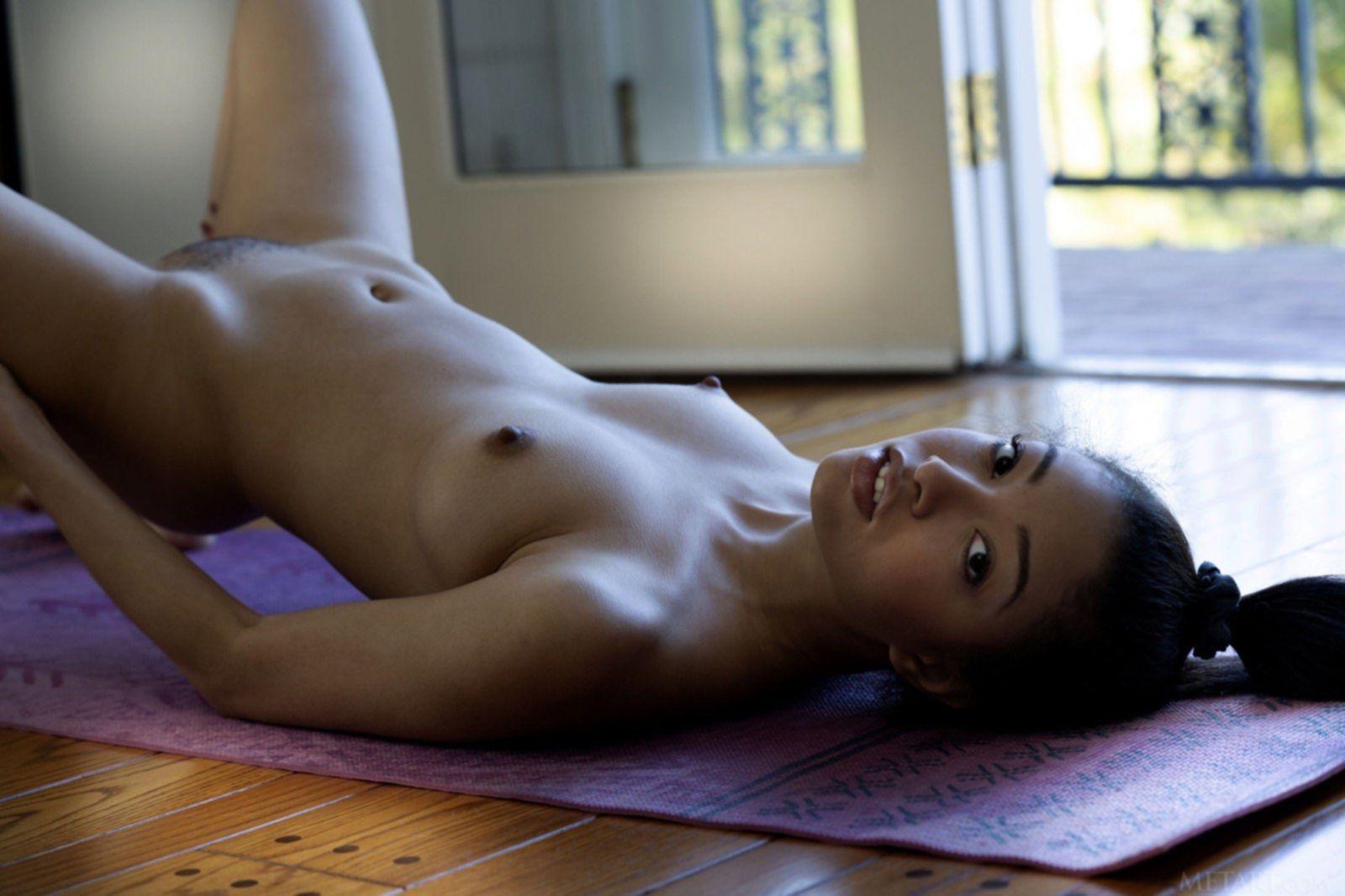 Гибкая худая мулатка позирует голенькой на полу - фото