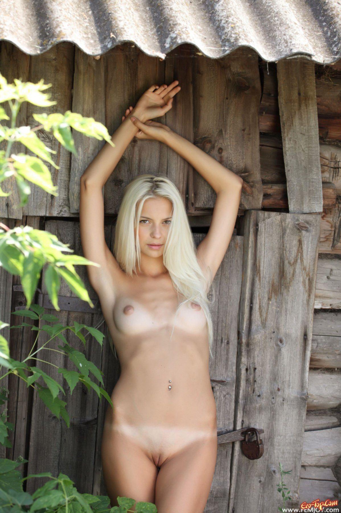 Блондинка в шортиках