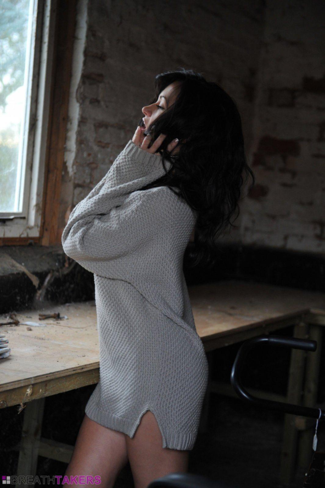Брюнетка в сапогах и кофте без трусов - фото