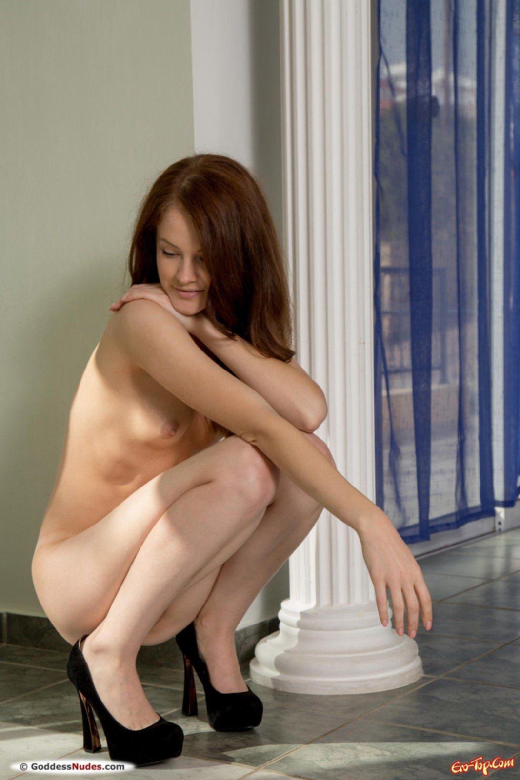 Высокая рыжуля сняла платье и показала голое тело - фото