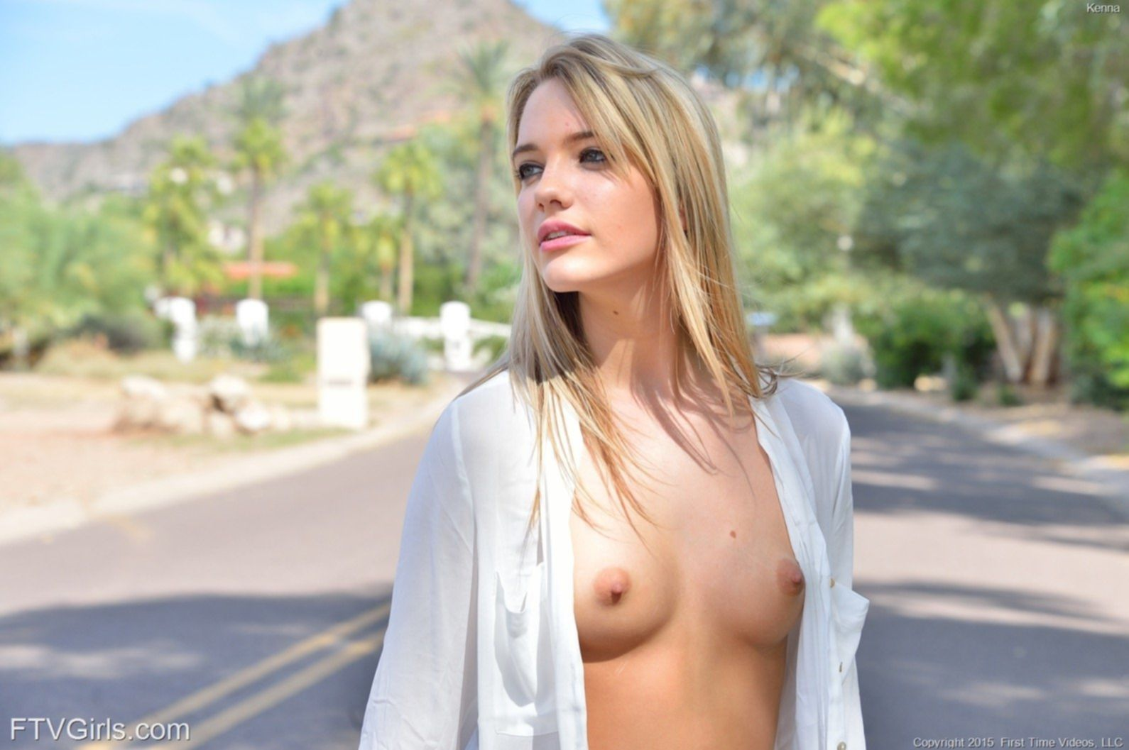 Молодая красотка сняла рубашку и шорты на дороге - фото