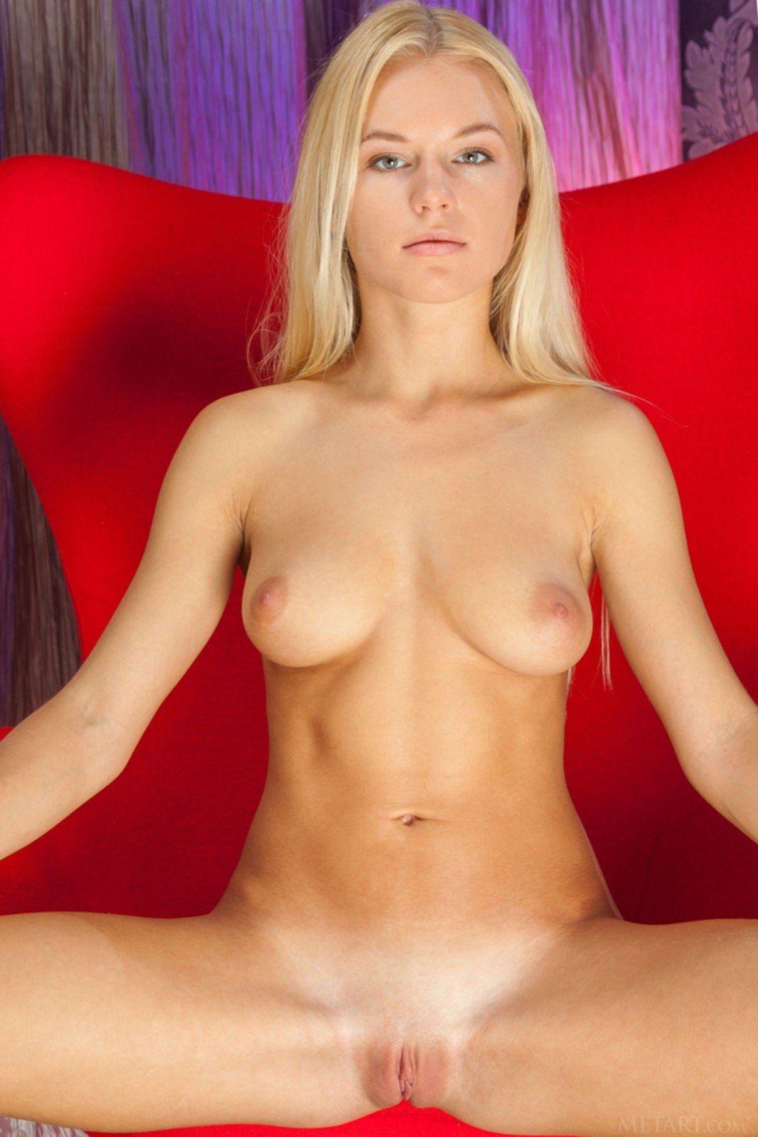 Блондинка раздевается в кресле до гола - фото