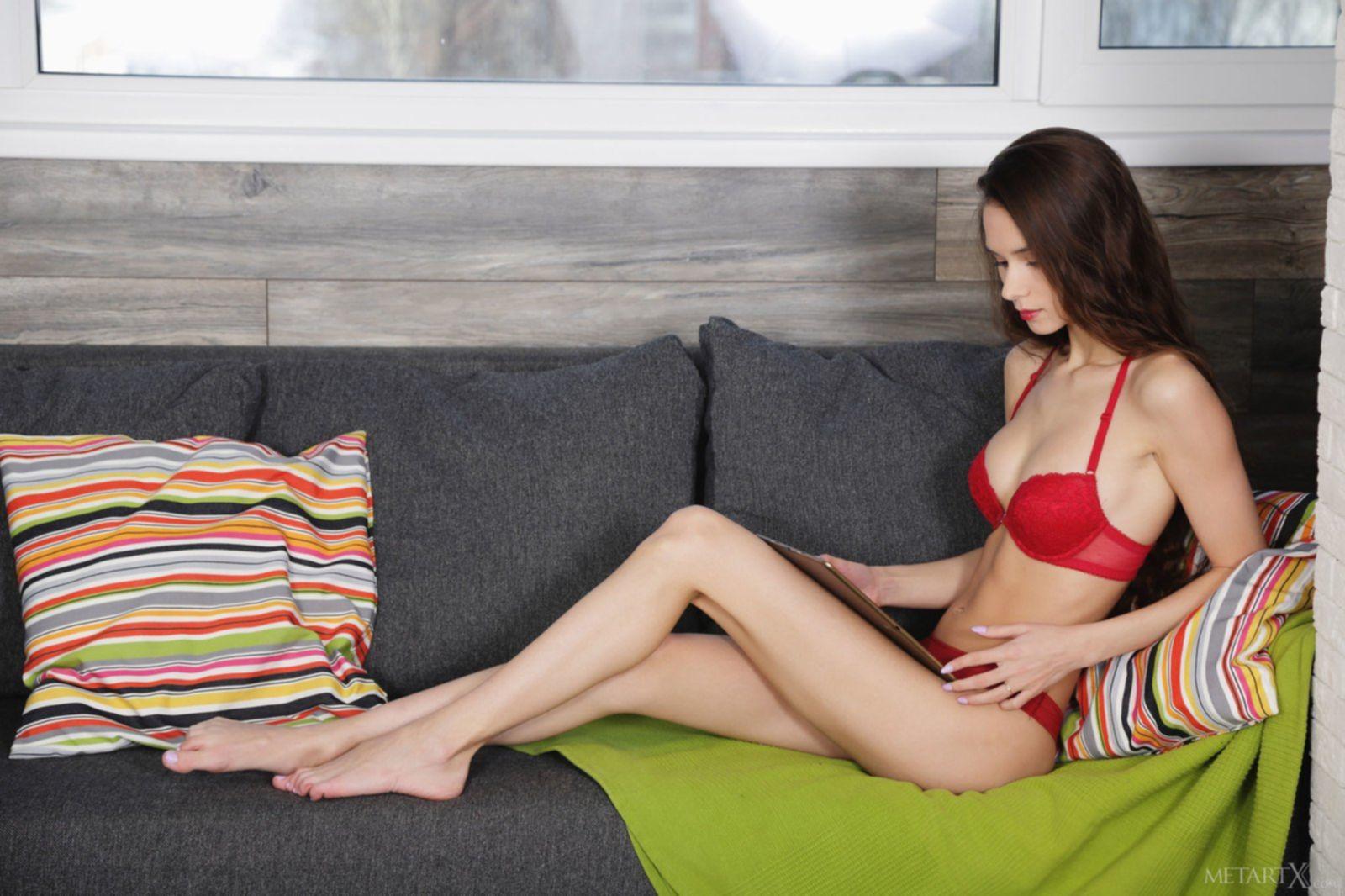 Красивая голая брюнетка сняла красные трусы и лифчик - фото