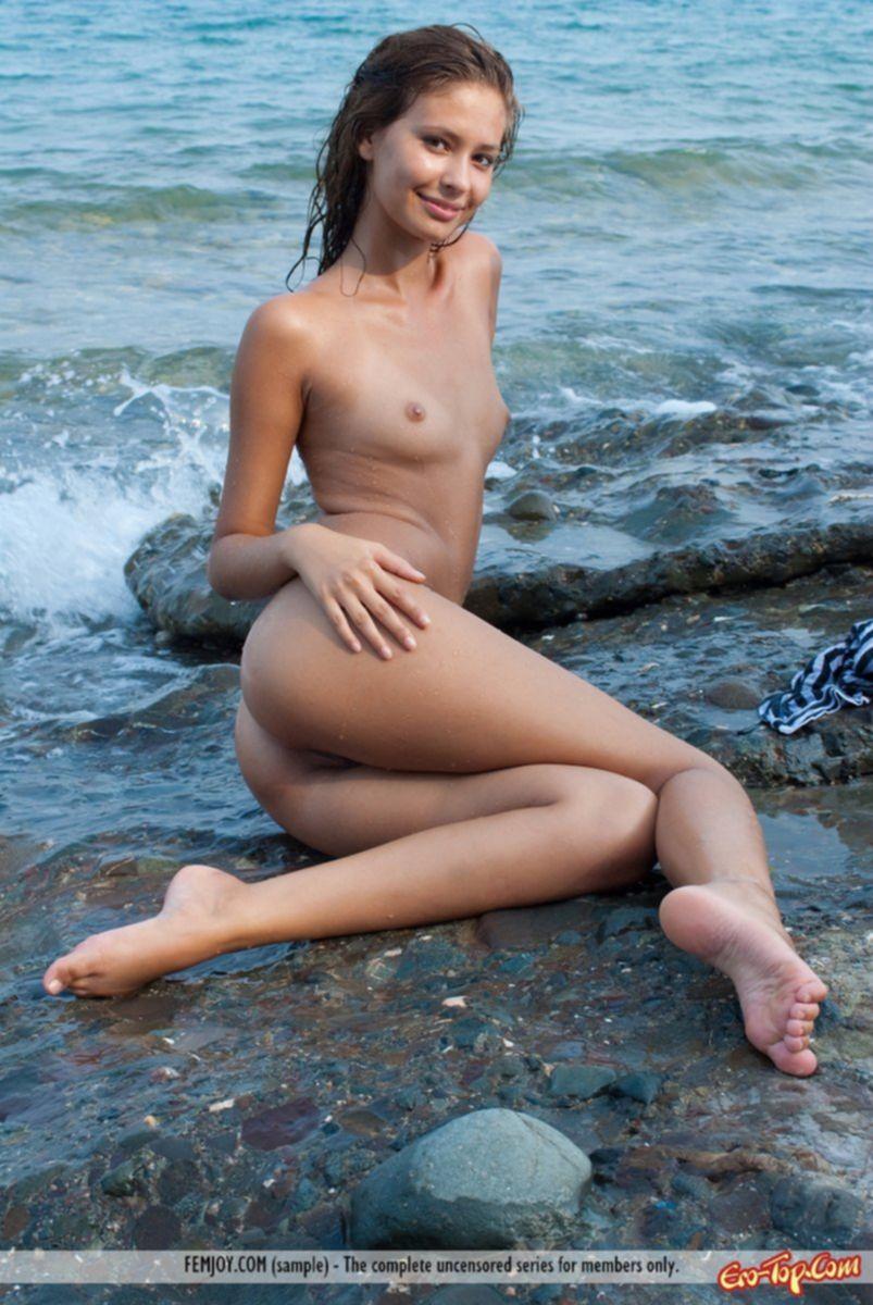 Девушка у океана
