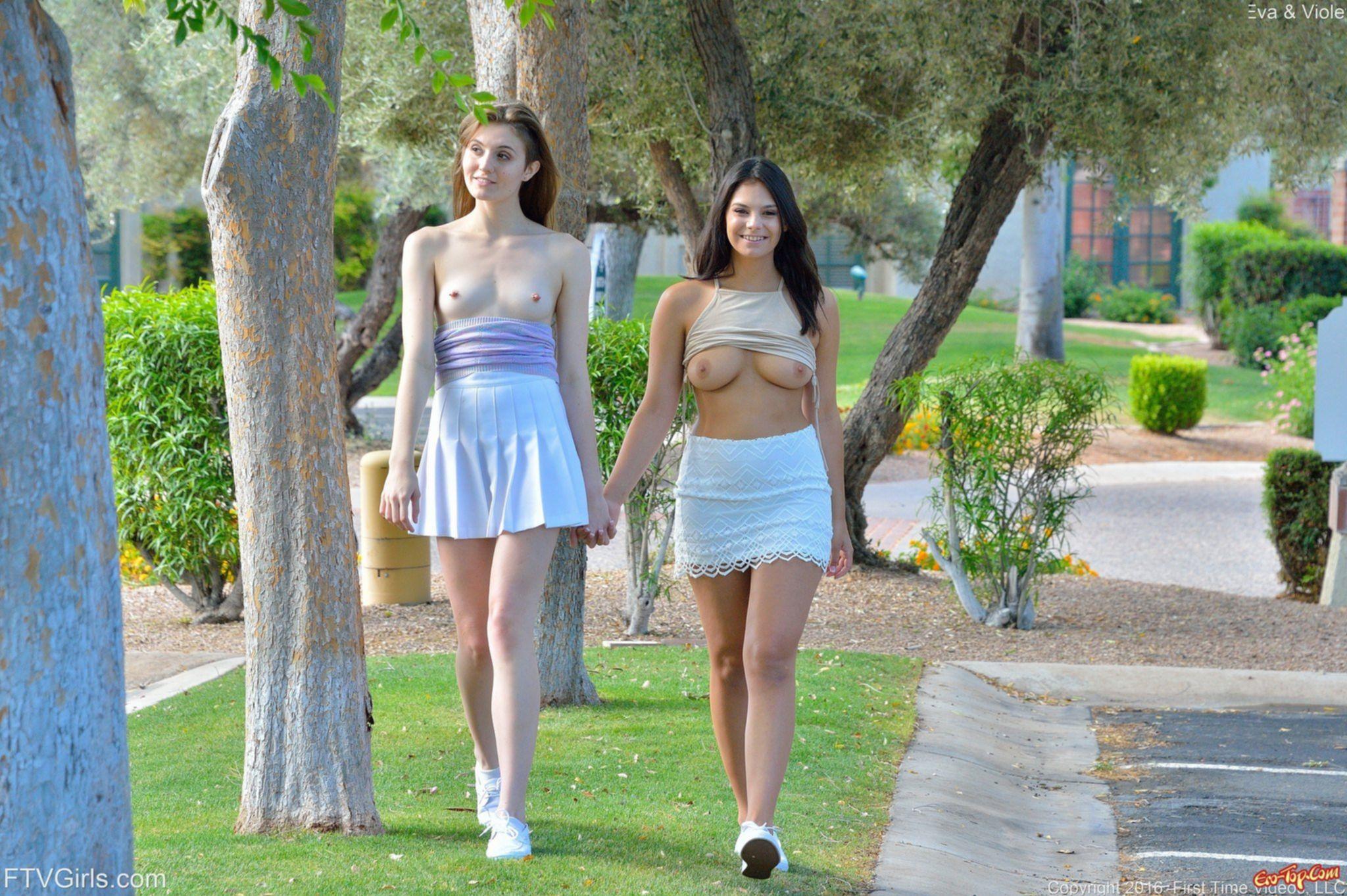 Две девушки разделись и развлеклись с двухсторонним дилдо - фото эротика.