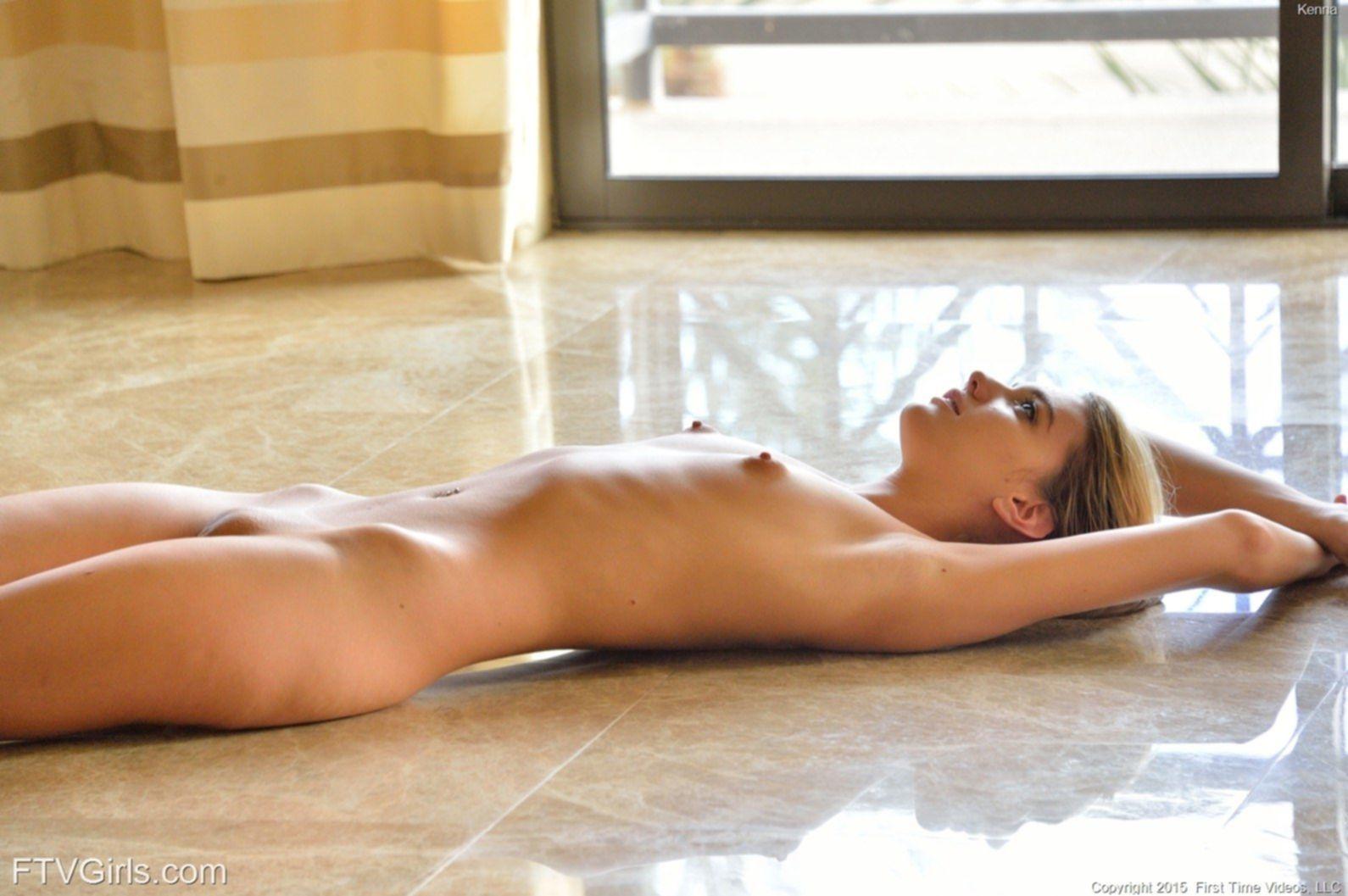 Сексуальная блондинка позирует без трусов - фото