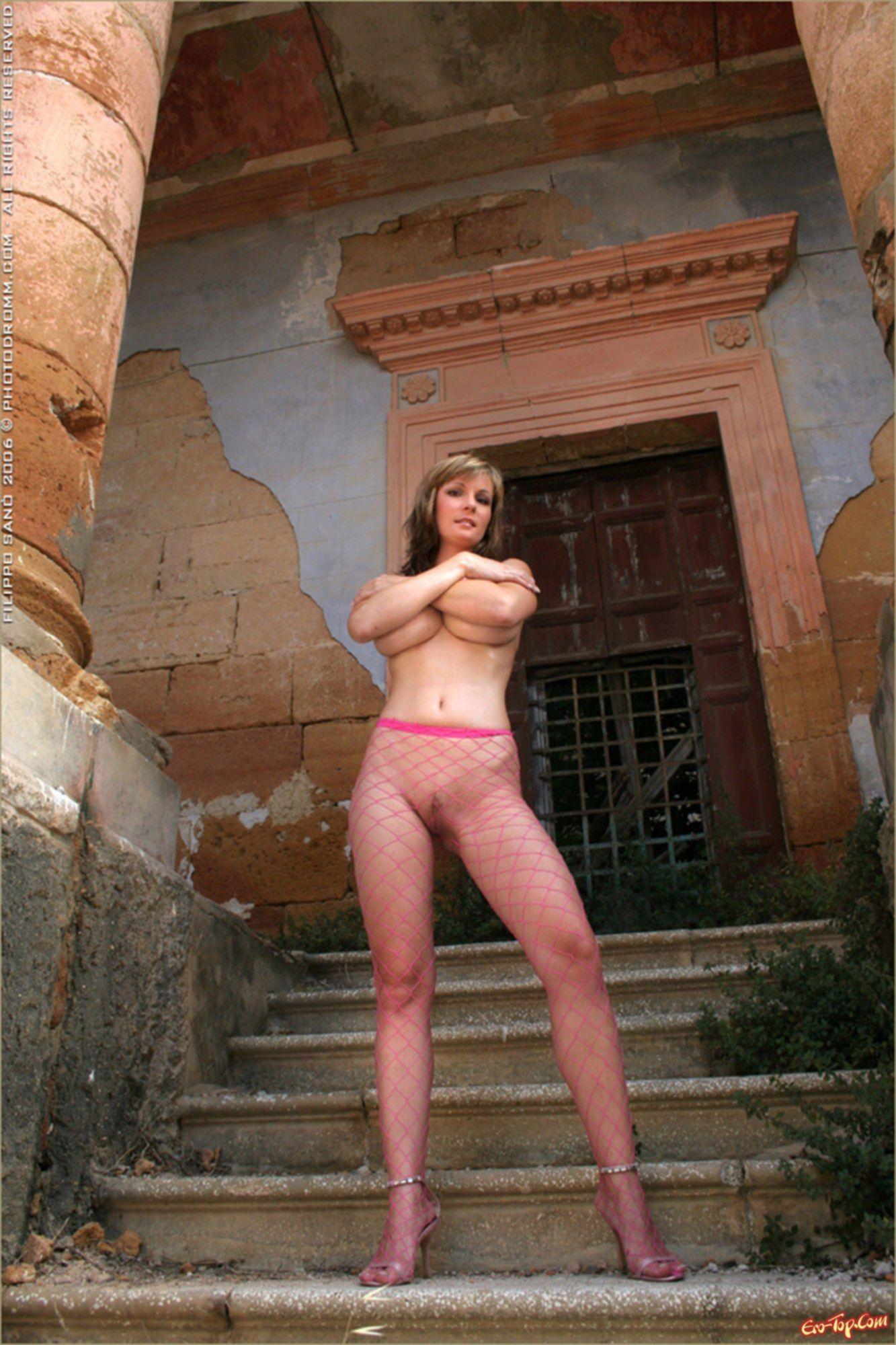 Грудастая девушка показывает жопу в прозрачных колготках фото