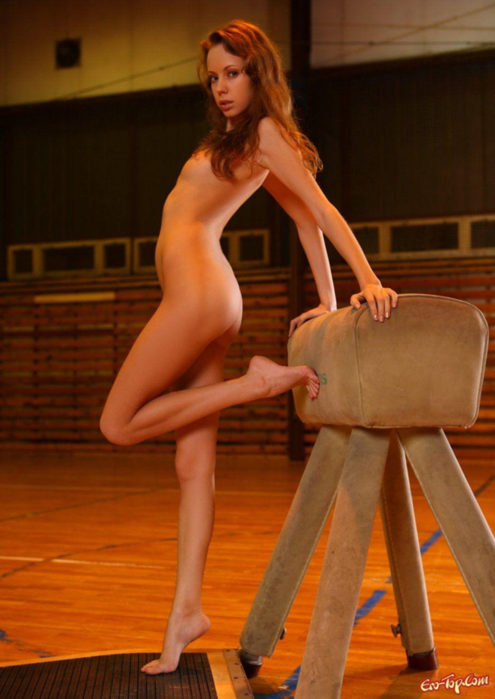 Фото голой девушки в спортзале