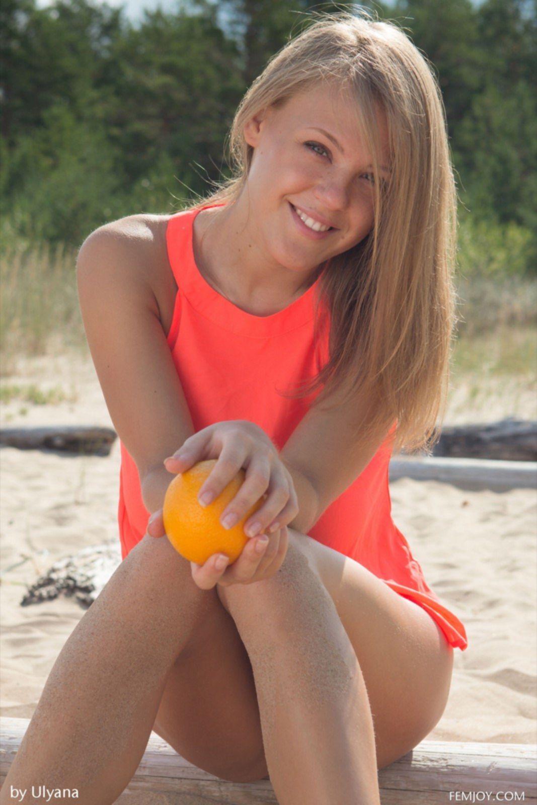 Засветила огромные голые сиськи на пляже - фото