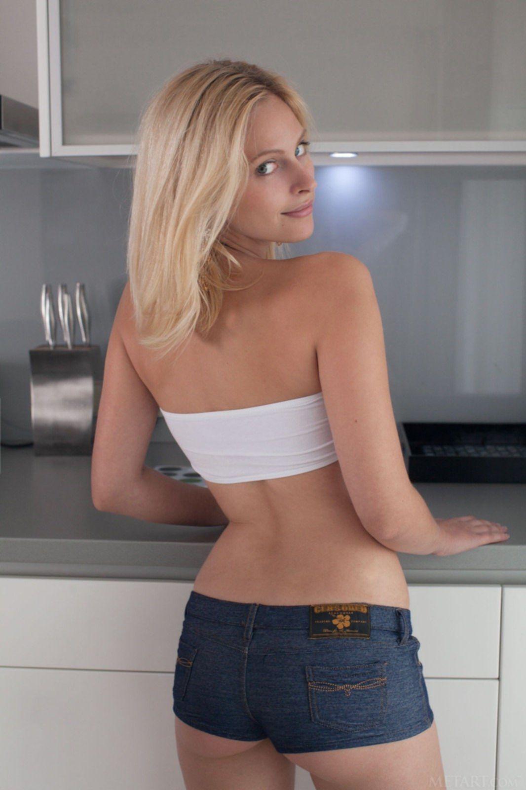 Блондинка показала красивую попку и сиськи - фото