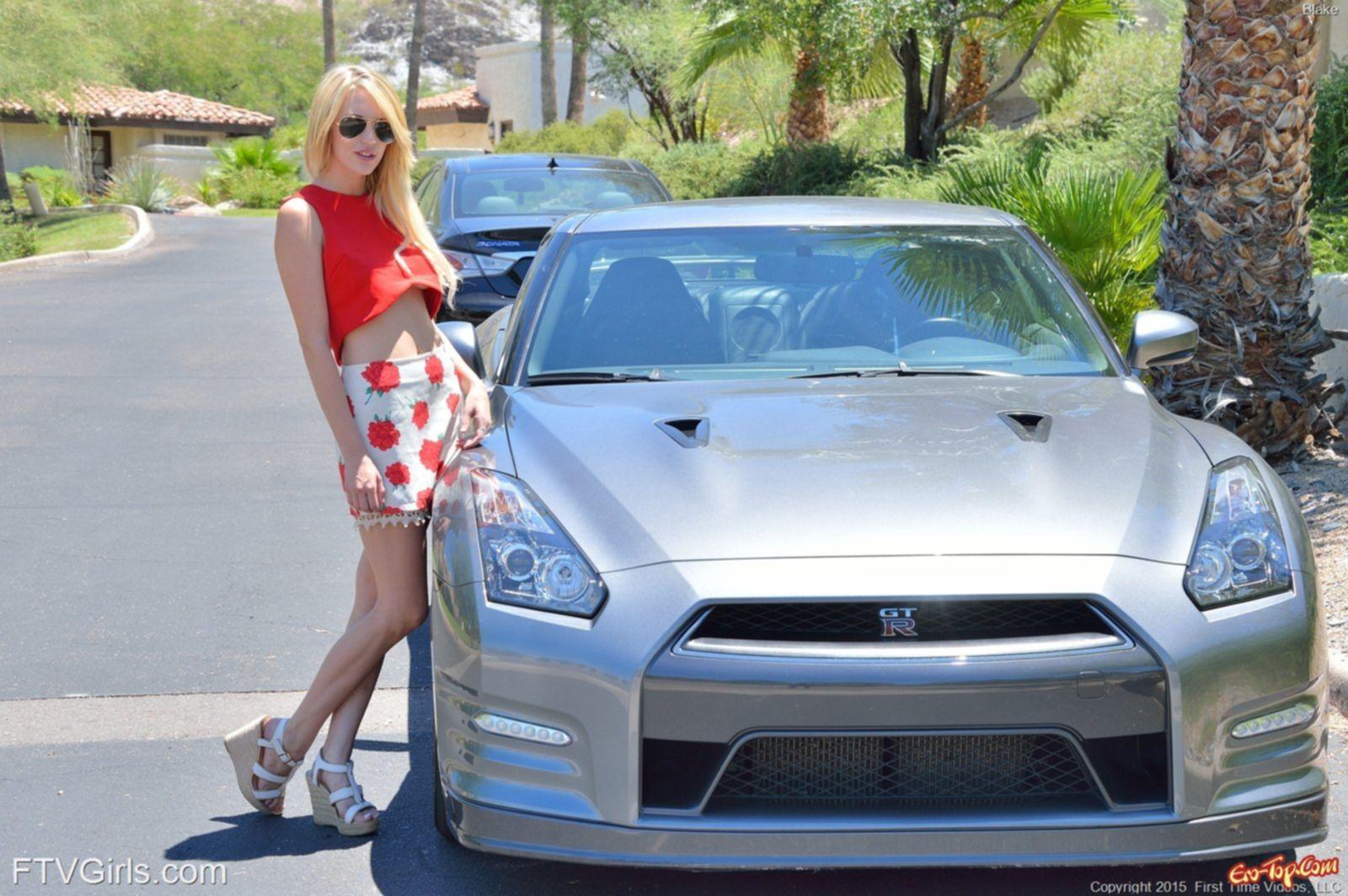 У девушки блондинки под юбкой без трусов - фото Blake Bartelli.