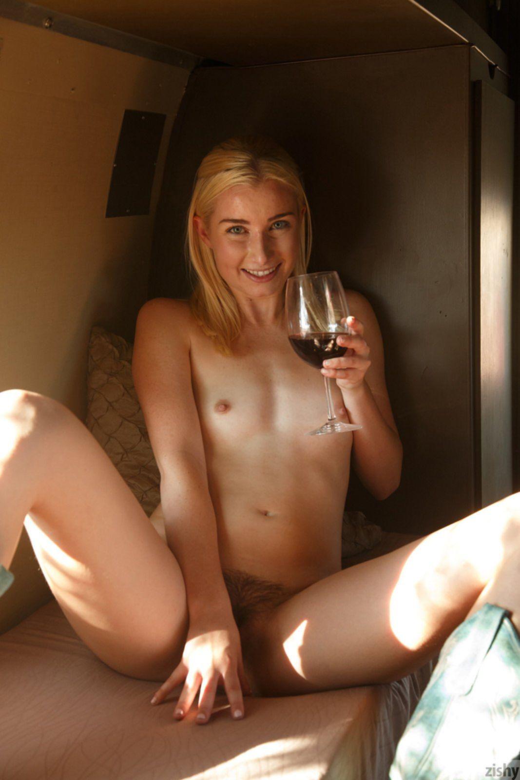 Блондинка с волосатым лобком голая позирует в трейлере - фото