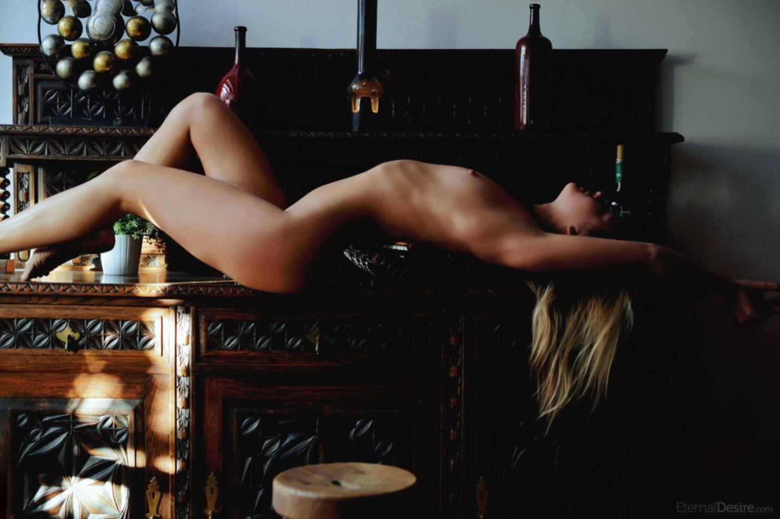 Голая худая девушка с плоской грудью - фото