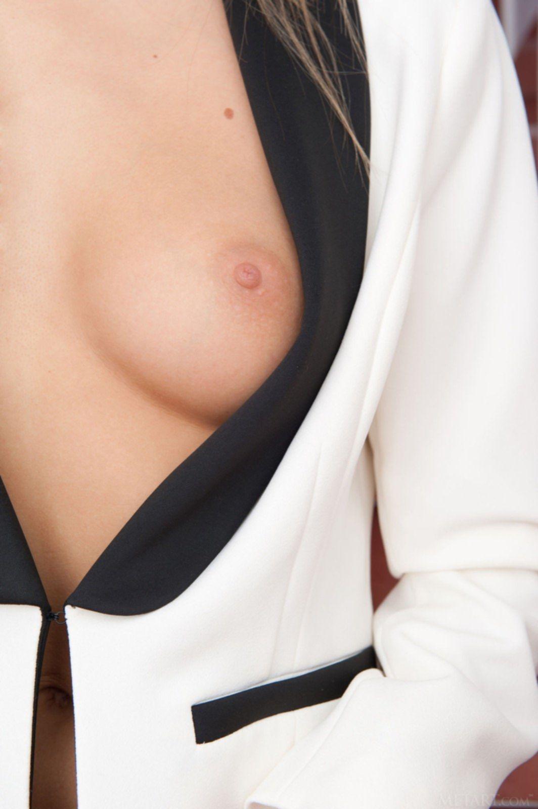 Девушка в пиджаке на голое тело - фото