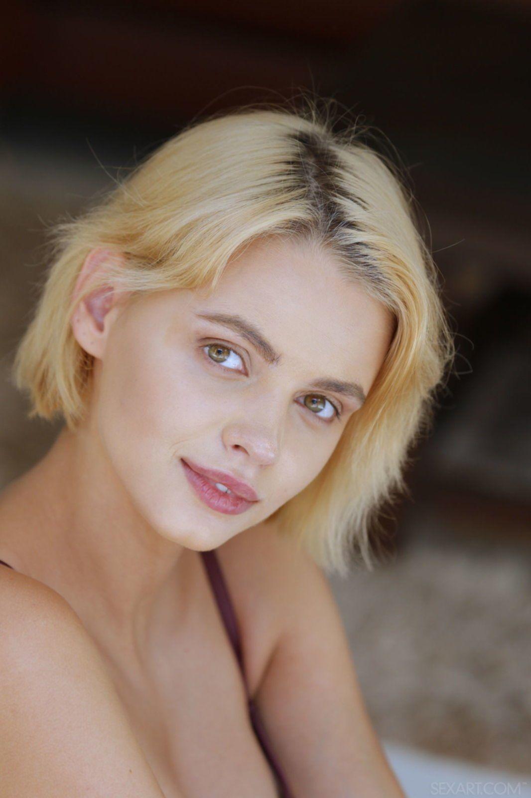 Блондинка в купальнике показала маленькие сиськи - фото
