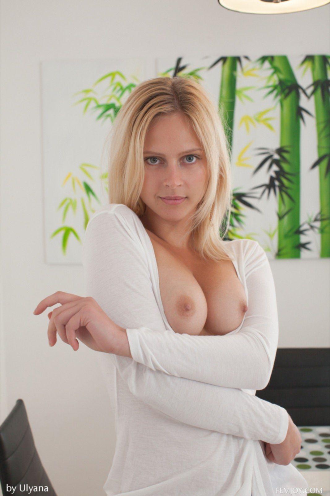 Блондинка с красивыми титьками у себя дома - фото