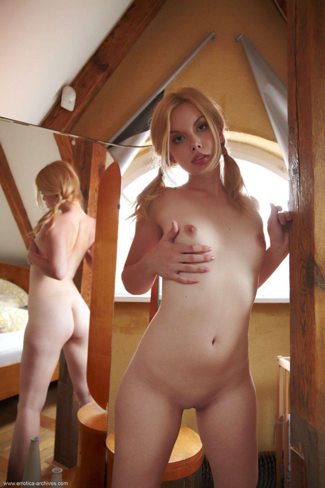 Блондинка с голыми сиськами и попкой перед зеркалом - фото
