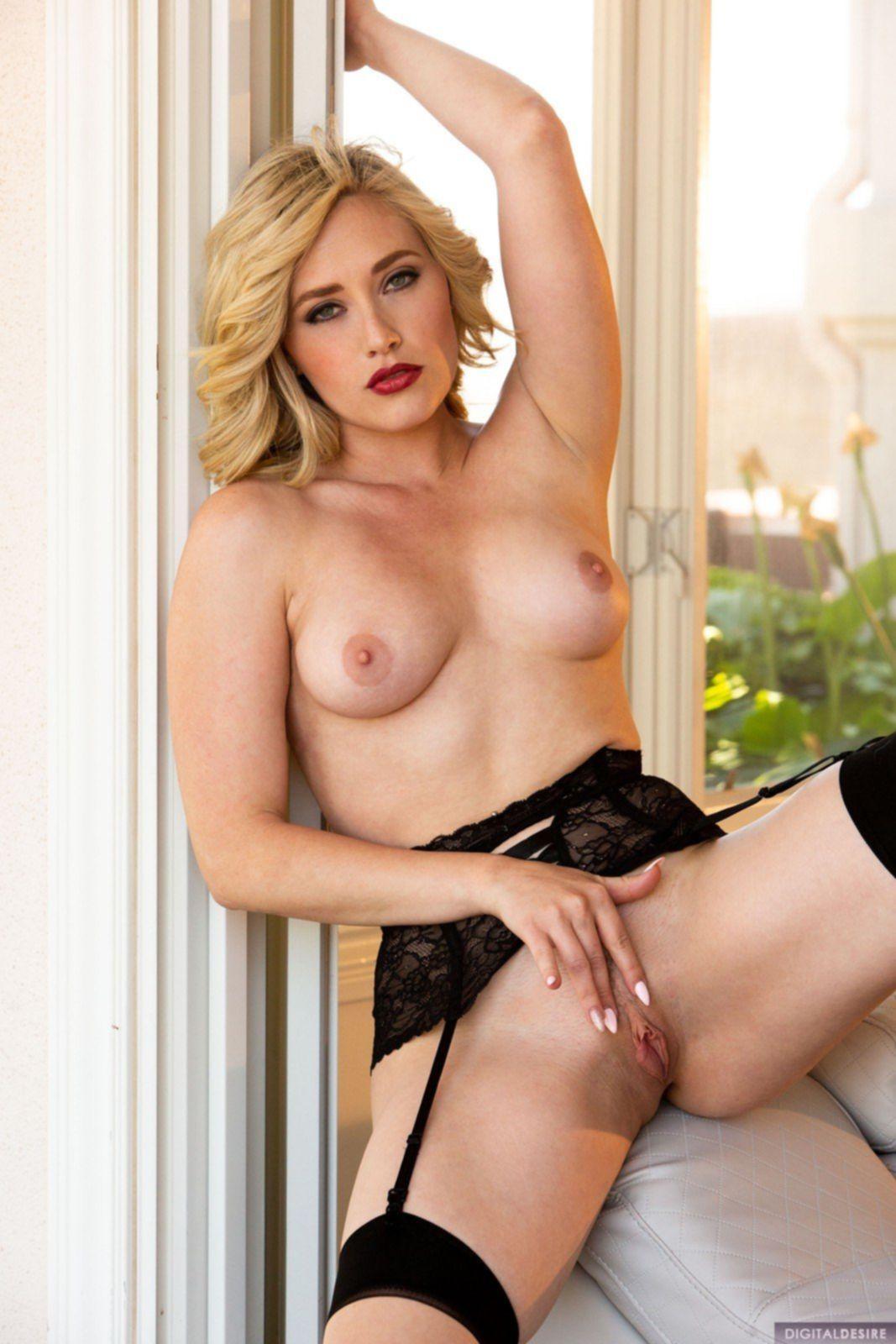 Развратная блондинка в чулках и нижнем белье на диване - фото
