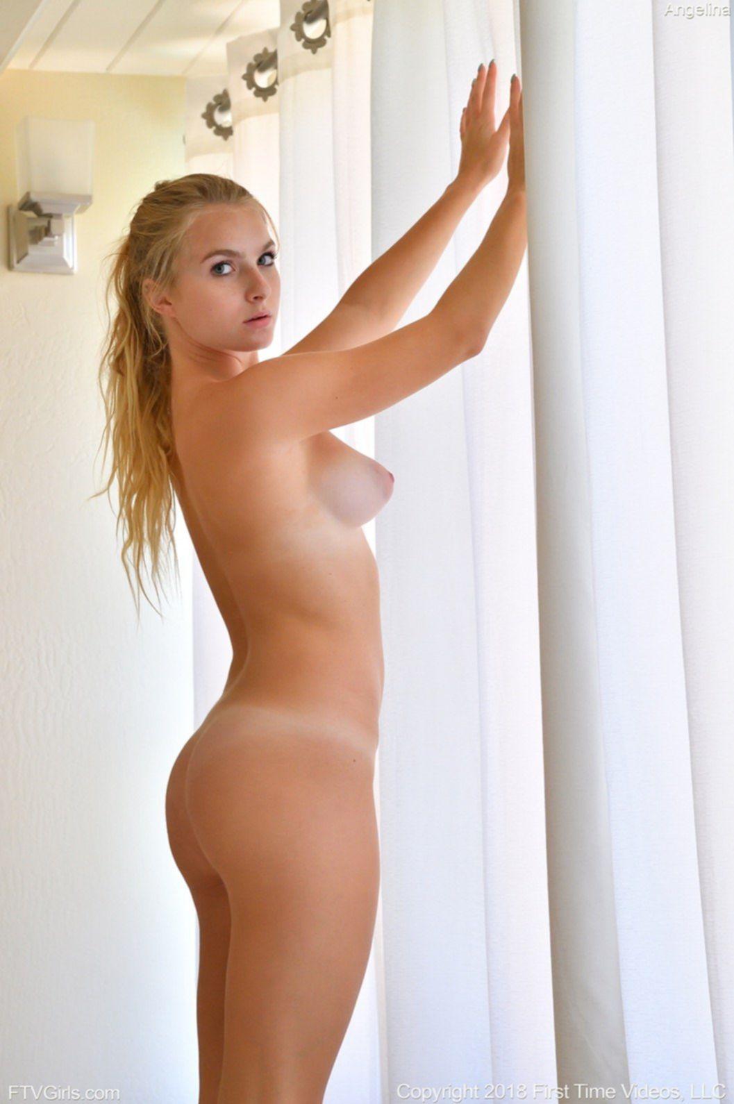 Голая спортсменка показала грудь в раздевалке - фото