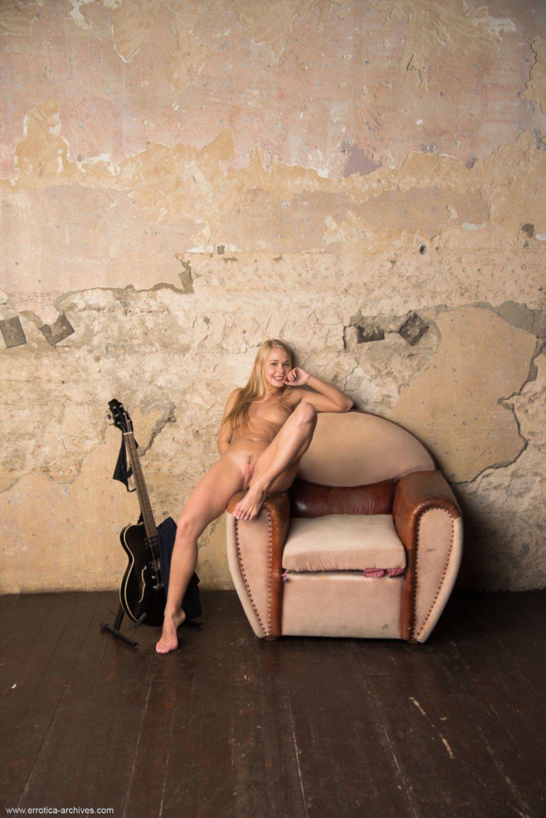 Смазливая девица с голым телом нежится в кресле - фото