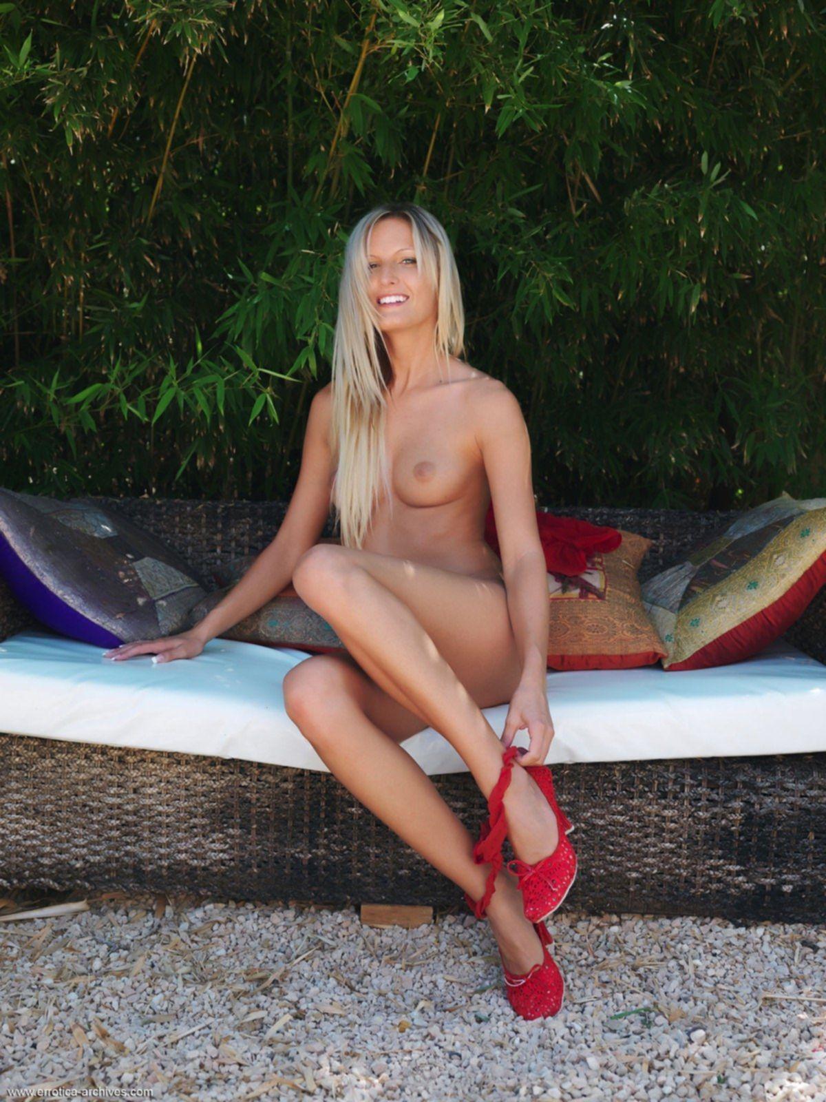 Голая блондинка раздвинула длинные ноги - фото