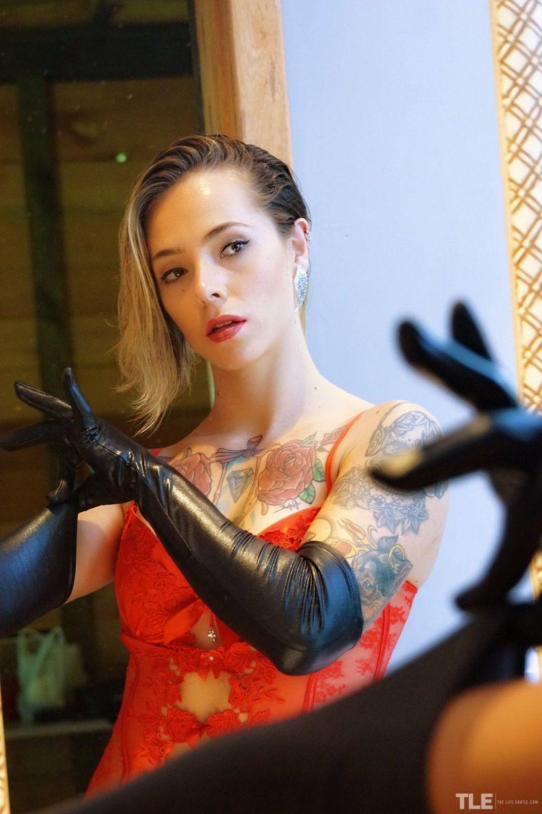 Красивая девушка с татуировками на голом теле - фото