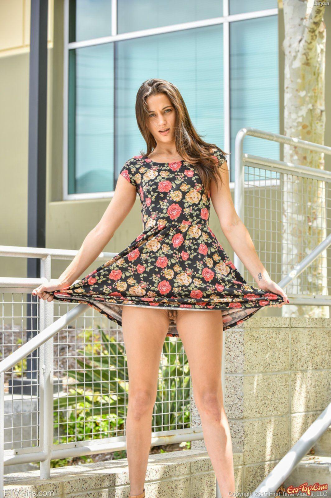Киска у девушки под платьем - фото эротика.