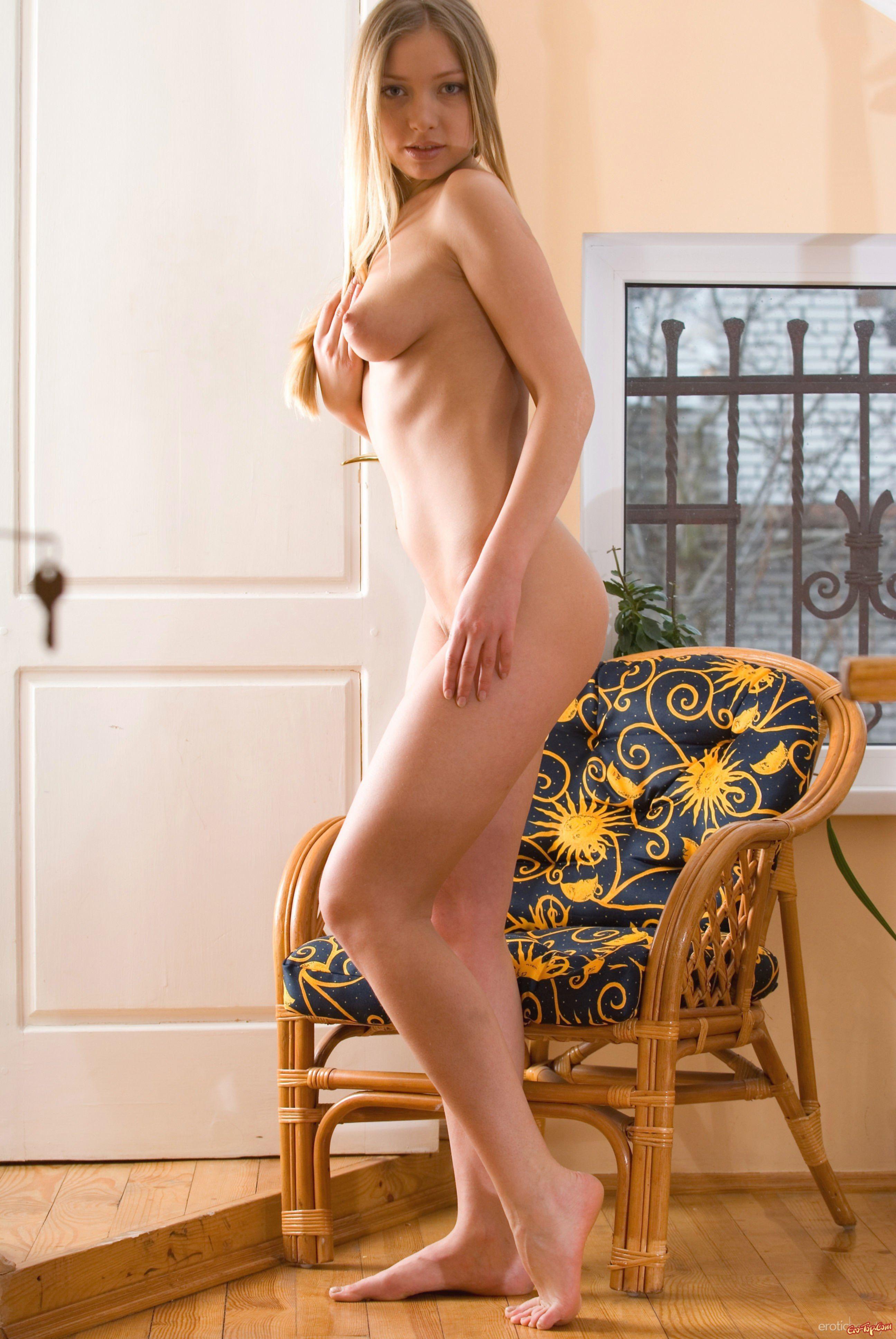 Соблазнительная голая блондинка - фото эротика.