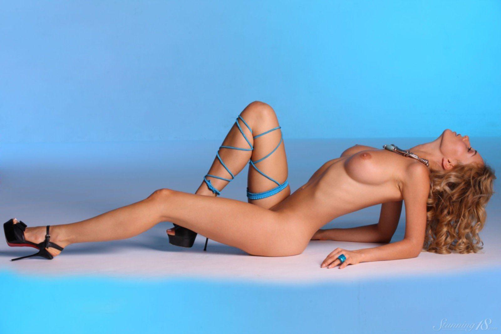Красивая голая дама в туфлях - фото