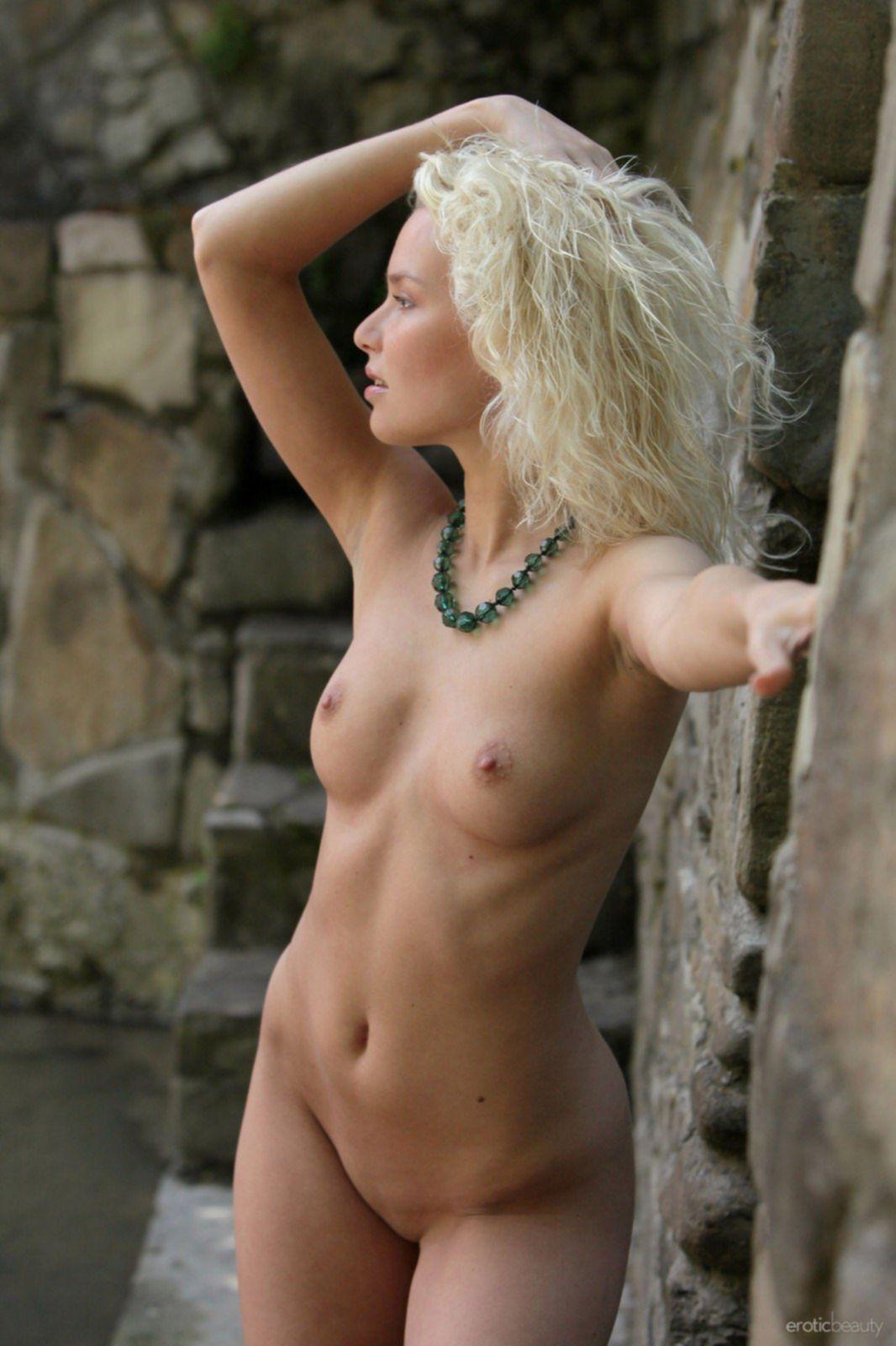 Блондинка с упругой красивой грудью - фото