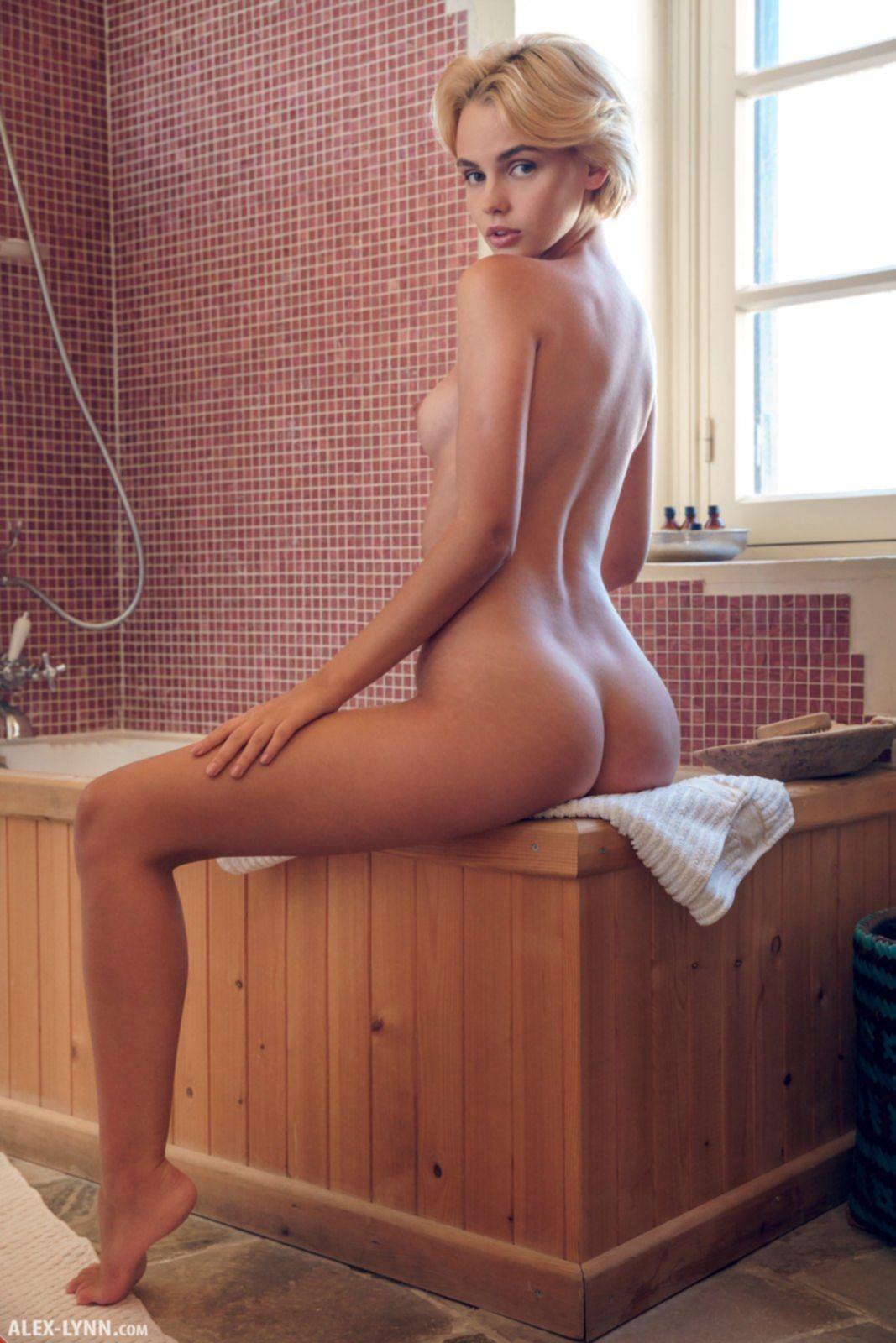 Бритая пися голой красотки - фото