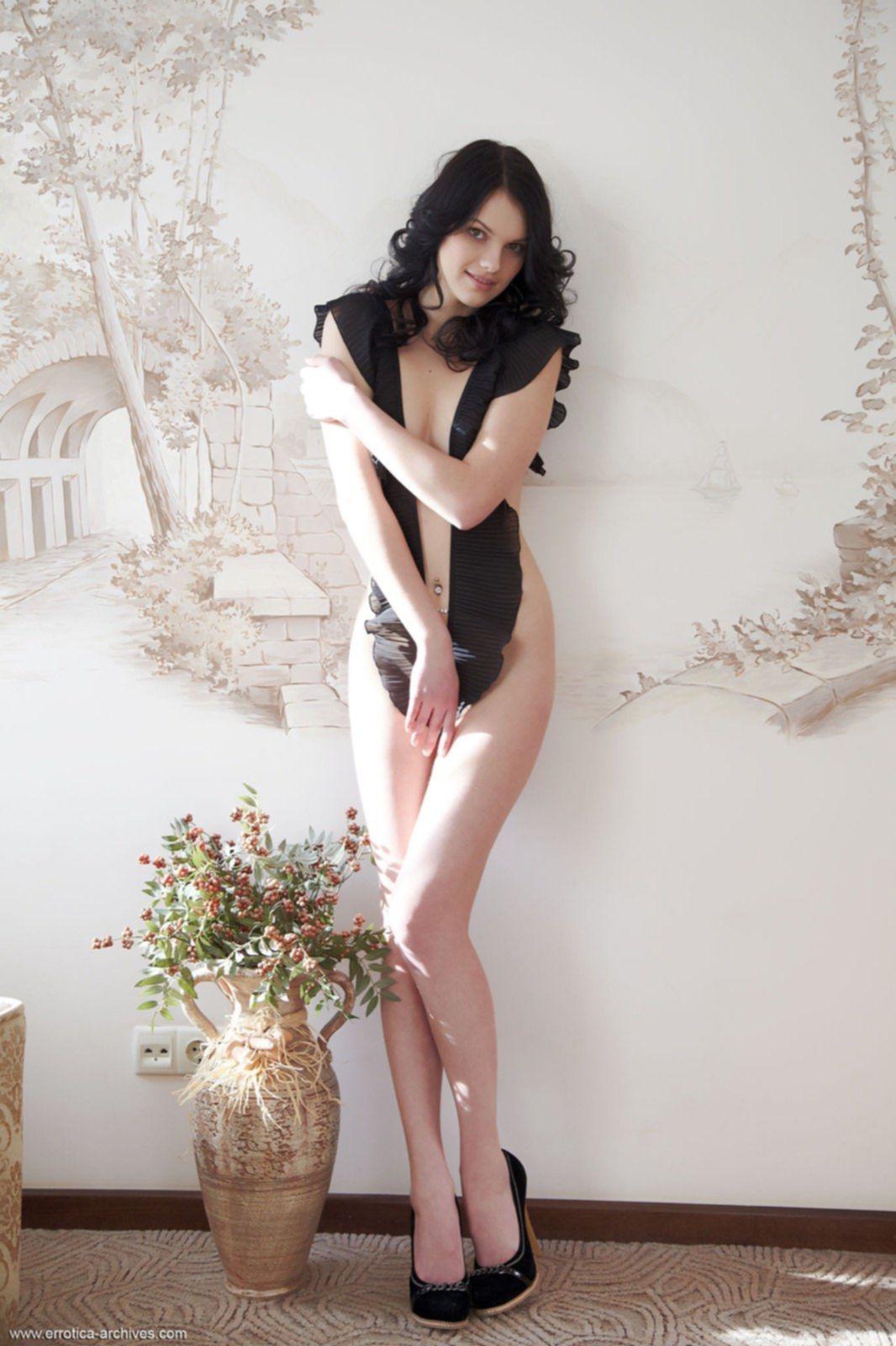 Темноволосая голенькая девушка с длинными ногами - фото